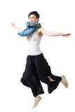 Pare el movimiento de la acción del salto femenino joven en mediados de-aire Imagenes de archivo