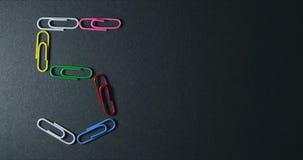 Pare el movimiento de los clips de papel creaing formas y símbolos almacen de video