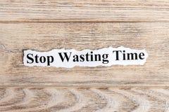 Pare el perder del texto del tiempo en el papel Parada de la palabra que pierde tiempo en el papel rasgado Imagen del concepto Foto de archivo libre de regalías