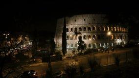 Pare el vídeo de movimiento del Colosseum en Roma, Italia por la tarde Opinión sobre el camino y la luz del tráfico de la vista metrajes