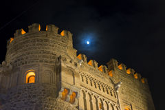 Pare-feu, mur avec la porte de Toledo la nuit, bel esprit de bâtiment Images libres de droits
