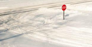 Pare firman adentro la nieve fotografía de archivo libre de regalías