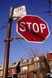 Pare firman adentro la vecindad Foto de archivo