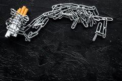 Pare a imagem anti-fumaça rendida Smoking Cigarros nas correntes no espaço preto da opinião superior do fundo para o texto fotos de stock royalty free