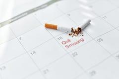 Pare a imagem anti-fumaça rendida Smoking Feche acima de cigarro quebrado que encontra-se no calendário Imagens de Stock Royalty Free