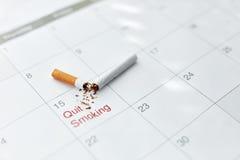 Pare a imagem anti-fumaça rendida Smoking Feche acima de cigarro quebrado que encontra-se no calendário Imagens de Stock