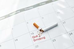 Pare a imagem anti-fumaça rendida Smoking Feche acima de cigarro quebrado que encontra-se no calendário Fotos de Stock Royalty Free