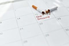 Pare a imagem anti-fumaça rendida Smoking Feche acima de cigarro quebrado que encontra-se no calendário Imagem de Stock