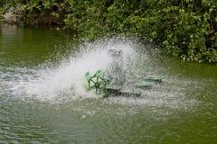 Pare la acción de la turbina del agua y del aerador en piscina Fotografía de archivo