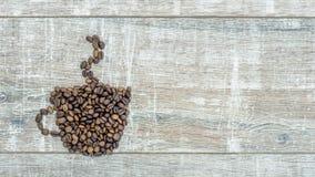 Pare la animación del movimiento de la taza de la formación con el café de los granos de café asados frescos, vapor sobre una taz almacen de video
