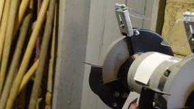 Pare la máquina de pulir de las muelas abrasivas después de cortar la corriente Eléctrico afilado almacen de video