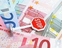 Pare la muestra y el dinero en circulación euro Fotos de archivo libres de regalías