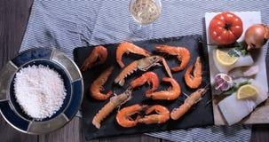 Pare la opinión de movimiento de los ingredientes para una paella española de los mariscos: mejillones, gambas del rey, langousti metrajes