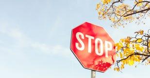 Pare la señal de tráfico el día del otoño imagenes de archivo
