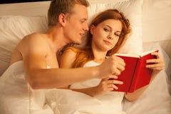 Pare leem o livro Imagens de Stock Royalty Free