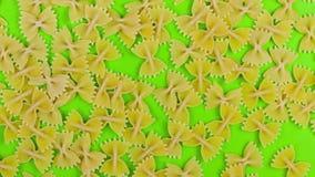 Pare a massa animado Farfalle do movimento no fundo de tela verde Fim da vista superior acima do contexto do alimento vídeos de arquivo