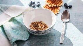 Pare o cereal inteiro da grão do café da manhã delicioso da manhã do movimento, muesli em uma bacia com leite filme do alimento d vídeos de arquivo