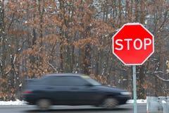 Pare o sinal com carros do tráfego Fotografia de Stock Royalty Free