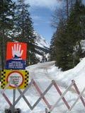 Pare o sinal com o céu no inverno em Tirol/Tirol Fotos de Stock