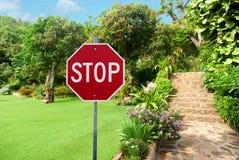 Pare o sinal contra ajardinar de pedra natural Imagens de Stock