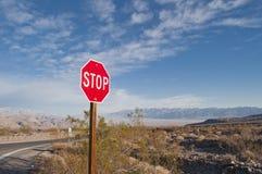 PARE o sinal de tráfego contra o céu azul Imagens de Stock Royalty Free