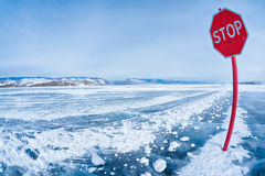 Pare o sinal de tráfego em Baikal Imagens de Stock