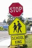Pare o sinal e eduque o sinal do Crosswalk fotografia de stock