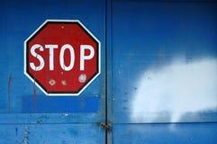 Pare o sinal em um edifício abandonado Fotografia de Stock