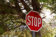 pare o sinal em uma vila foto de stock royalty free