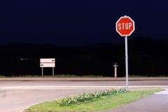 Pare o sinal na noite Imagens de Stock