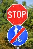 Pare o sinal no cruzamento de estrada Imagens de Stock Royalty Free