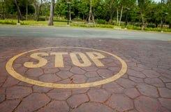 Pare o sinal pintado no assoalho Foto de Stock Royalty Free