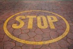 Pare o sinal pintado no assoalho Fotografia de Stock