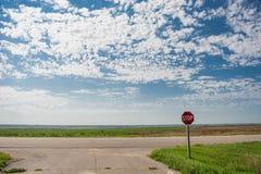 Pare o sinal sob o céu nebuloso Imagem de Stock Royalty Free