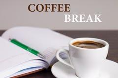 Pare o trabalho. Faça a ruptura de café. Aprecie-a fotos de stock