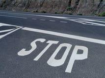 Pare para uma estrada da prioridade imagem de stock