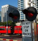 Pare trilhas de estrada de ferro do trânsito do metro do sinal de advertência Foto de Stock Royalty Free