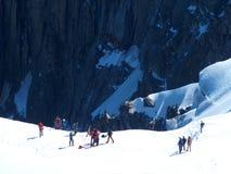 Parecchi alpinisti, scalatore di montagna ad AIGUILLE DU MIDI, CHAMONIX MONT BLANC in ALPI francesi Immagine Stock Libera da Diritti