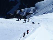 Parecchi alpinisti, scalatore di montagna ad AIGUILLE DU MIDI, CHAMONIX MONT BLANC in ALPI francesi Immagine Stock