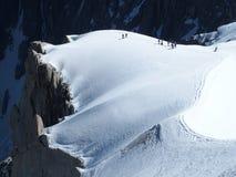 Parecchi alpinisti, scalatore di montagna ad AIGUILLE DU MIDI, CHAMONIX MONT BLANC in ALPI francesi Fotografia Stock
