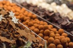 Parecchi biscotti ed altri dolci ad un supporto su un marke di Natale Immagine Stock
