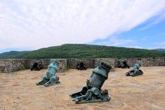 Parecchi canoni hanno sistemato difendere la terra in America in anticipo, Ticonderoga forte, New York, 2016 immagini stock