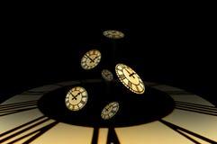 Parecchi clockfaces dorati cade da un timewell. Fotografie Stock Libere da Diritti