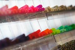 Parecchi di indicatori colorati multi, fodere per il disegno, schizzi e calligrafia nella scatola di plastica Fotografia Stock Libera da Diritti