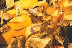 Parecchi formaggi su esposizione fotografie stock