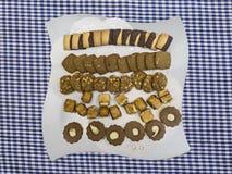 Parecchi generi di biscotti sul piatto Immagini Stock