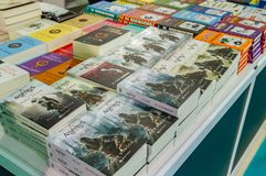 Parecchi libri della dottrina religiosa dell'assassino visualizzati sul supporto nella fiera del libro di Eskisehir immagine stock libera da diritti