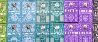 Parecchi libri variopinti visualizzati sul supporto nella fiera del libro di Eskisehir immagine stock