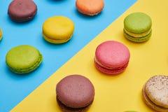 Parecchi maccheroni francesi dei biscotti hanno sistemato su un blu flatlay Fotografie Stock