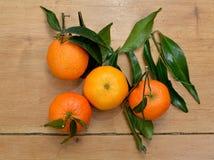 Parecchi mandarini disposti su una tavola immagine stock